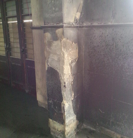 Sức nóng của vụ chảy làm tường phòng vé nứt nẻ.