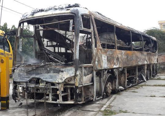 xe khách bỗc cháy trơ khung