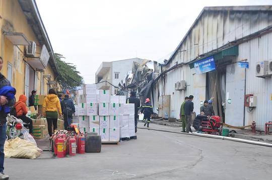 Một số chủ hàng vớt vát được ít hàng hoá khi đám cháy bắt đầu