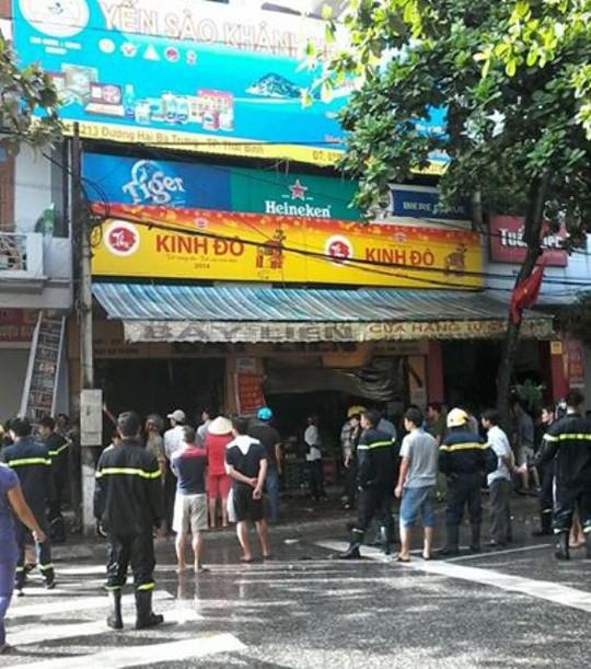Người dân và lực lượng chức năng dập tắt đám cháy (ảnh do người dân cung cấp)