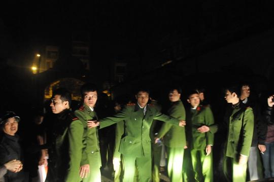 Lực lượng chức năng phong toả hiện trường vụ cháy