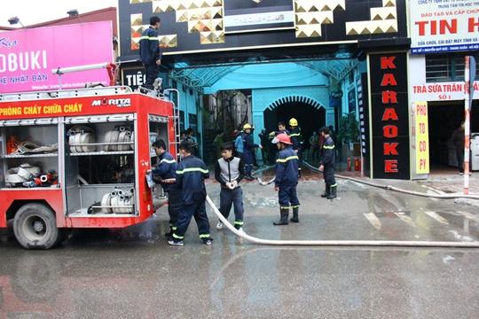 Nguyên nhân được xác định ban đầu là do chập điện tại quán karaoke kế bên, sau đó ngọn lửa bốc cháy và lan rộng sang khu vực tầng 3 của tòa nhà Upstairs