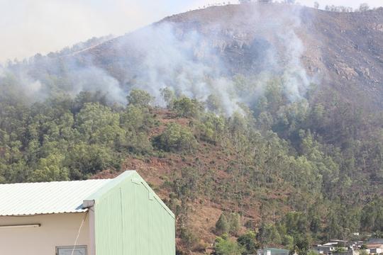 - Hiện trường vụ cháy (ảnh chụp lúc 15 giờ 30 ngày 9-8)