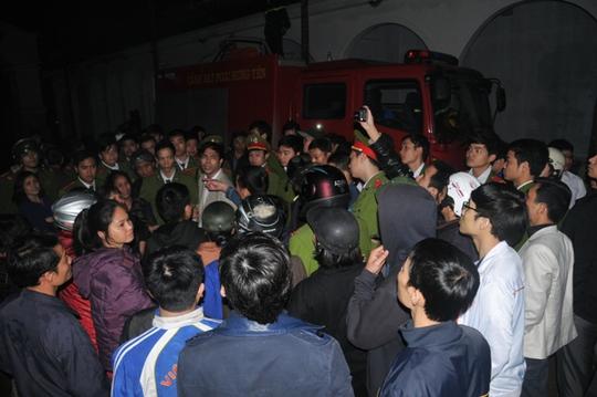 Rất nhiều bà con tiểu thương và người dân tập trung quanh hiện trường vụ cháy