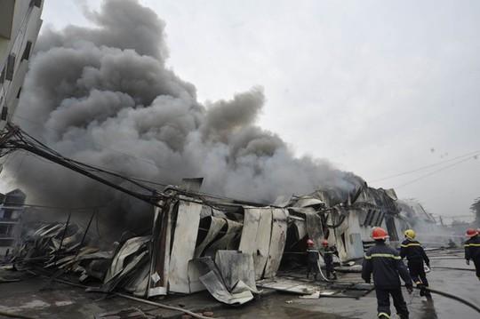 Toàn cảnh nhà kho bị cháy, khung sắt, tôn bị biến dạng vì nhiệt