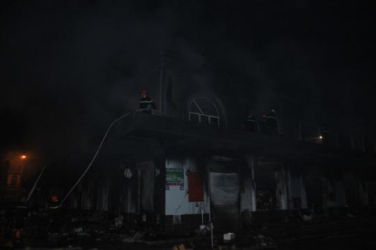 Sau khi đám cháy cơ bản được khống chế, lực lượng chức năng tiếp tục làm công tác khống chế hoàn toàn và dập tắt đám cháy
