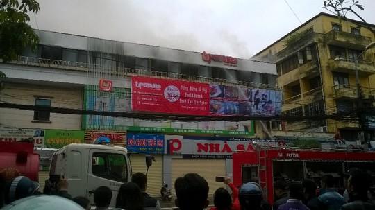 10 xe chữa cháy được điều đến hiện trường để tiến hành khống chế ngọn lửa