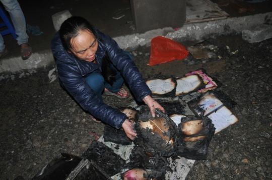 Một tiểu thương trước số giấy tờ, sổ sách bị cháy trong vụ hoả hoạn