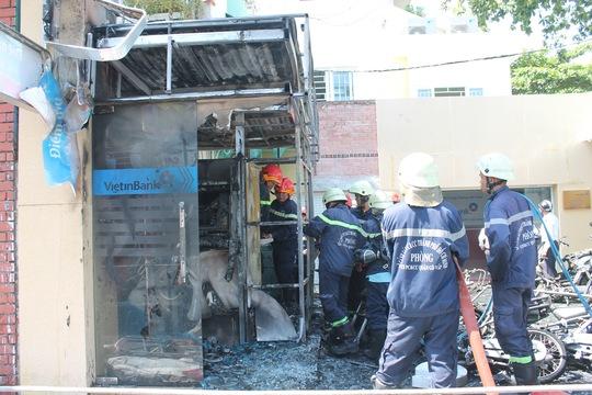 Lực lượng Cảnh sát PCCC quận Gò Vấp, TP HCM, đang dập lửa tại chi nhánh ngân hàng Vietinbank Gò Vấp, sáng 18-9.