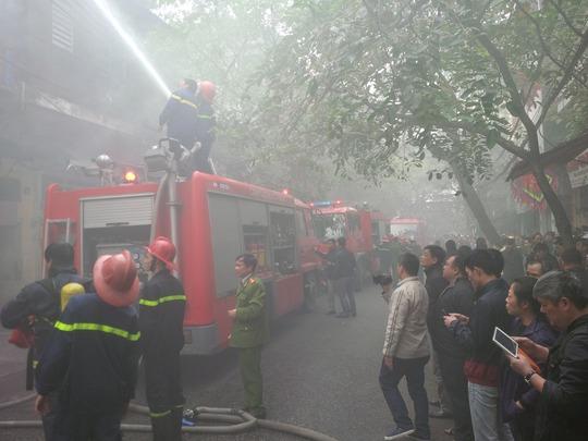 Khói từ đám cháy lớn bao trùm cả phố Hàng Bồ