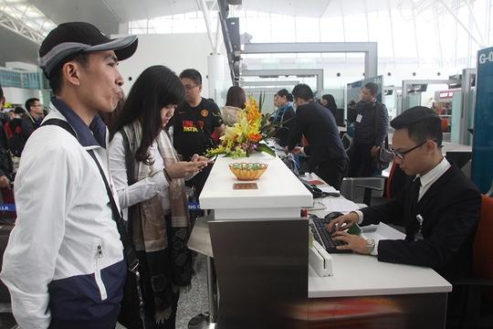 Hành khách chuyến bay đầu tiên làm thủ tục check-in