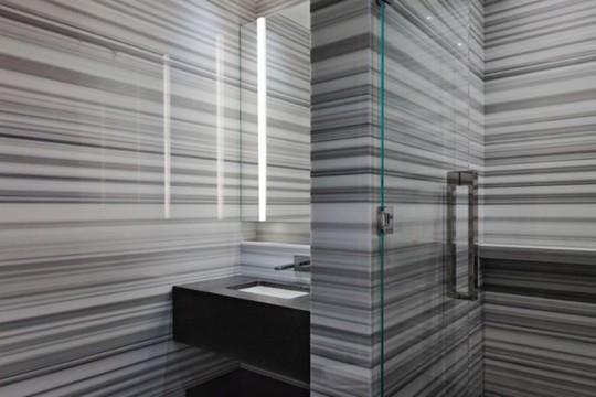 Bức tường tuyệt đẹp và độc đáo trong một phòng tắm.