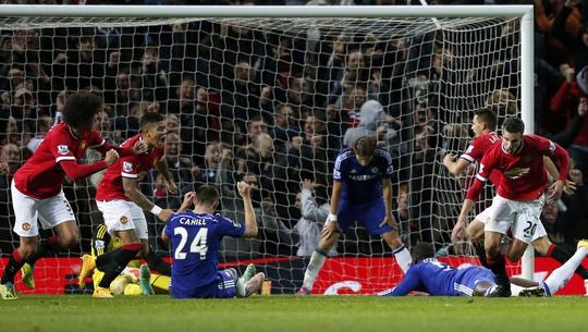 Hàng thủ Chelsea trong bàn bị gỡ hòa ở phút bù giờ trên sân Old Trafford