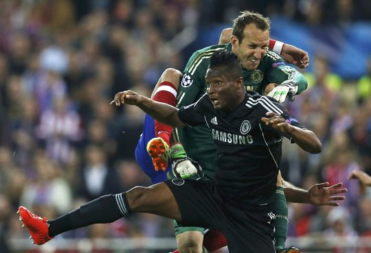 Hàng thủ Chelsea vẫn đứng vững dù Mark Schwazer đã 40 tuổi vẫn phải vào bắt thay Petr Cech chấn thương