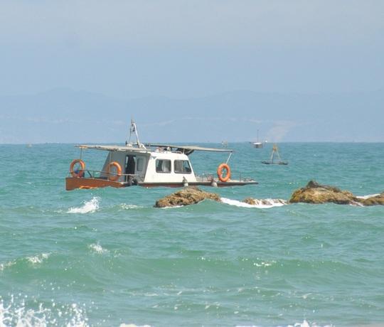 Lực lượng cứu hộ neo tàu, tích cực tìm kiếm thi thể nạn nhân Phước và Hoàng