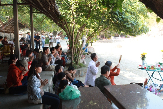 Nhiều người lập bàn thờ trên bãi biển cầu nguyện tìm được xác nạn nhân Phước và Hoàng