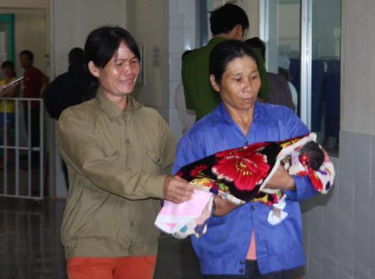 Một trong 3 trẻ được người thân đưa về mai táng