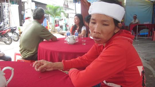 Gánh nặng từ đây sẽ oằn trên đôi vai chị Hoàng Thị Dung sau khi chồng chị là anh Ngô Minh Tuấn ra đi mãi mãi