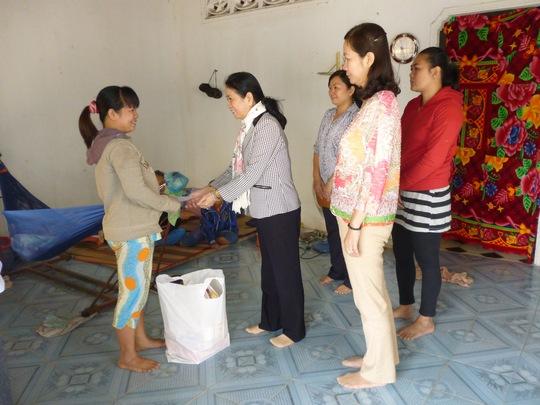 Lãnh đạo LĐLĐ huyện Củ Chi tặng quà Tết cho gia đình chị Nguyễn Thị Đen, CN Công ty Công ty Excel Kind