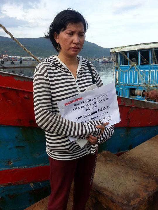 Chị Nguyễn Thị Như Hoa bên con tàu ĐNA 90152.