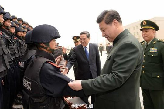 Chủ tịch Trung Quốc Tập Cận Bình thăm hỏi lực lượng cảnh sát ở Tân Cương. Ảnh: Twitter