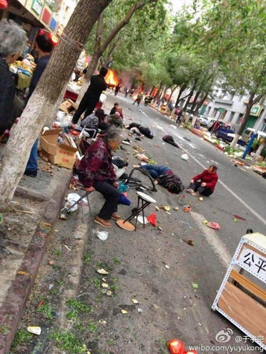 Hiện trường vụ nổ bom tại Urumpi, Trung Quốc. Ảnh: Weibo