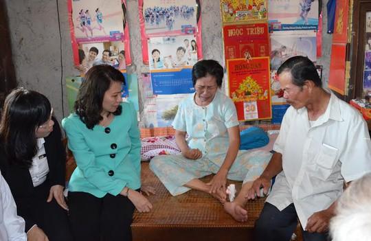 Bà Nguyễn Thị Thu, Chủ tịch LĐLĐ TP HCM (thứ hai, bìa trái), thăm hỏi bà con nghèo ở tỉnh Tây Ninh Ảnh: NGUYỄN LUÂN