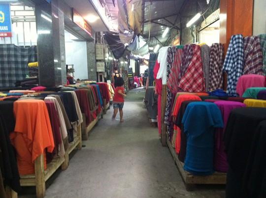 Chợ Ninh Hiệp ngày cuối tuần vẫn thưa thớt khách. Ảnh: Diệp Sa.