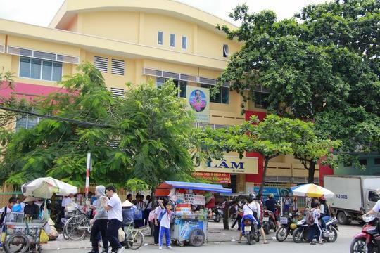 Nhiều trường học bị bao vây bởi đủ loại tiếng ồn từ hàng quán, xe cộ...Ảnh: HOÀNG TRIỀU