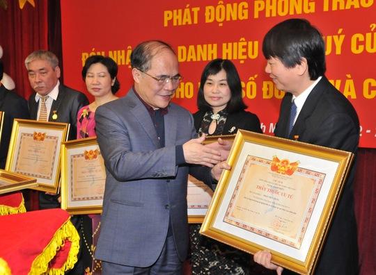 Chủ tịch Quốc hội Nguyễn Sinh Hùng trao danh hiệu do nhà nước phong tặng các tập thể, cá nhân của Bệnh viện Bạch Mai. Ảnh: NGỌC DUNG