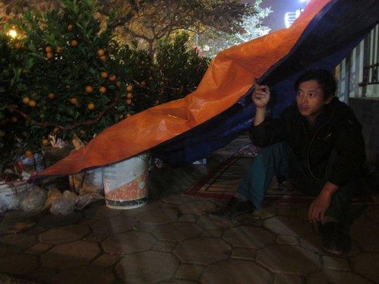 Anh Dũng, quê ở Văn Giàn, Hưng Yên canh số quất đưa từ quê lên Hà Nội bánẢnh: LÊ HIỀN HẬU