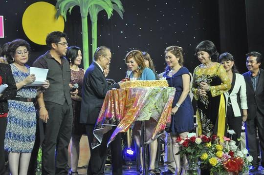 Các nghệ sĩ cùng hát chúc thọ nghệ sĩ Văn Chung