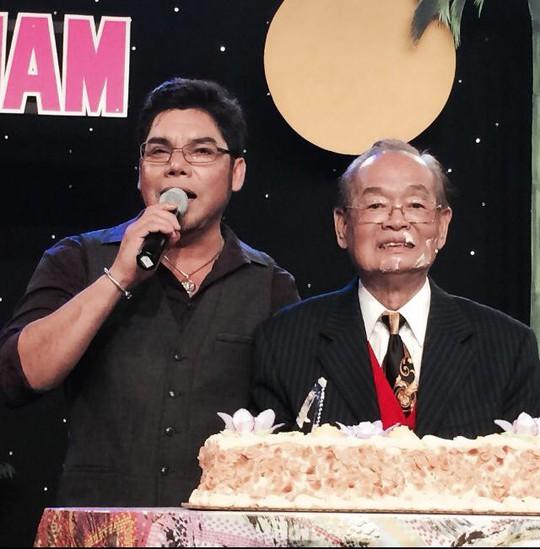 Tuấn Châu đại diện chương trình Cổ nhạc phương Nam chúc thọ nghệ sĩ Văn Chung 87 tuổi