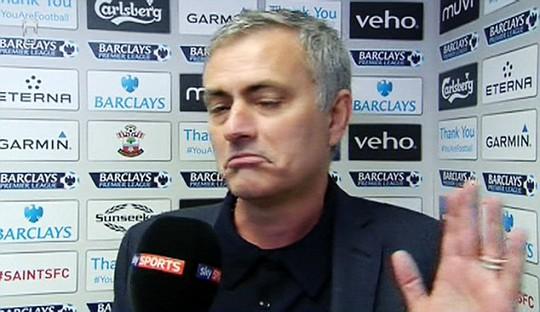 HLV Mourinho tỏ vẻ không hài lòng sau trận