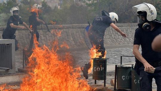 Cảnh sát bị người biểu tình tấn công. Ảnh: Reuters