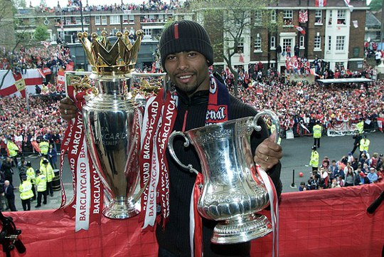 Cole chiến thắng Premier League cùng Arsenal na9m 2002