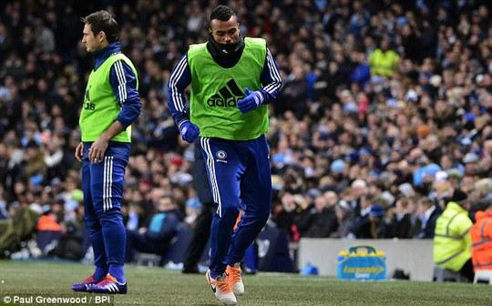 A. Cole khởi động nhưng không được ra sân trong trận đấu với Man City