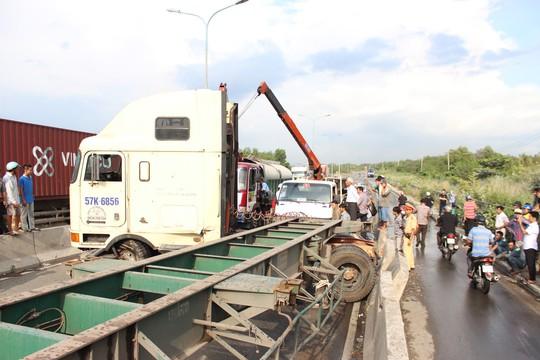 Chiếc xe container nằm chắn ngang làn đường ô tô trên cầu Phú Mỹ.