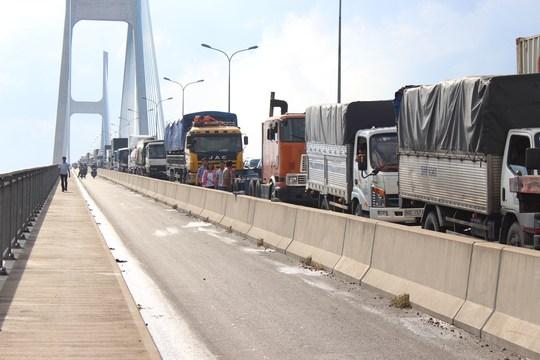 Hàng ngàn phương tiện nối đuôi nhau nhích từng chút một để di chuyển