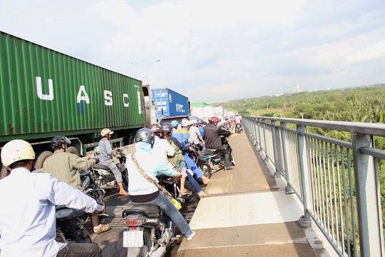 Xe máy nối đuôi nhau trên cầu Phú Mỹ