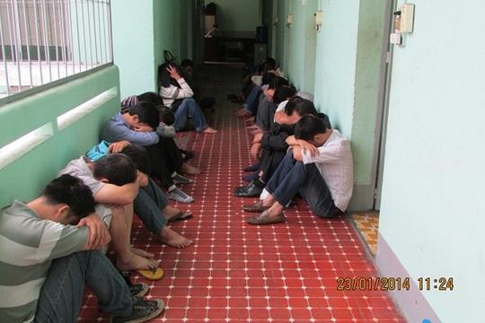 Những con bạc trong quán cà phê Viễn Xưa ở số 1A Nguyễn Duy, phường 3, quận Bình Thạnh – TP HCM, bị bắt về trụ sở công an.