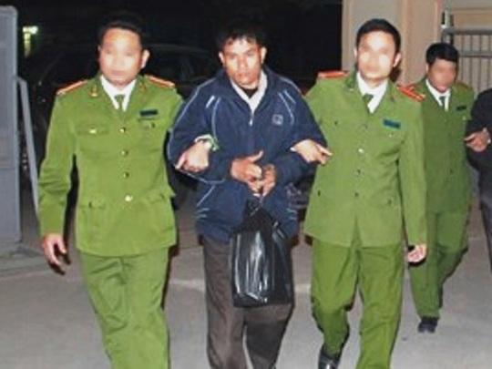 1 trong 2 đối tượng vận chuyển 13 bánh heroin bị lực lượng công an Thanh Hóa bắt giữ cùng tang vật - Ảnh: Cơ quan công an Thanh Hoa cung cấp