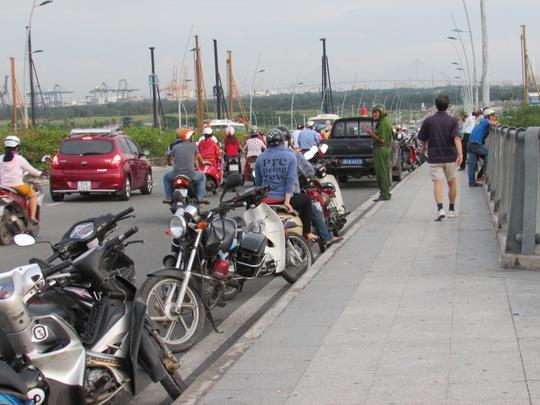 Cảnh sát 113 tới cầu Thủ Thiêm – TP HCM, để phân luồng giao thông vào chiều 5-9, sau khi Hiếu nhảy cầu.