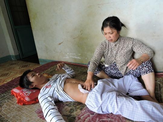 Anh Nguyễn Tiến Thành đang được chăm sóc tại nhà