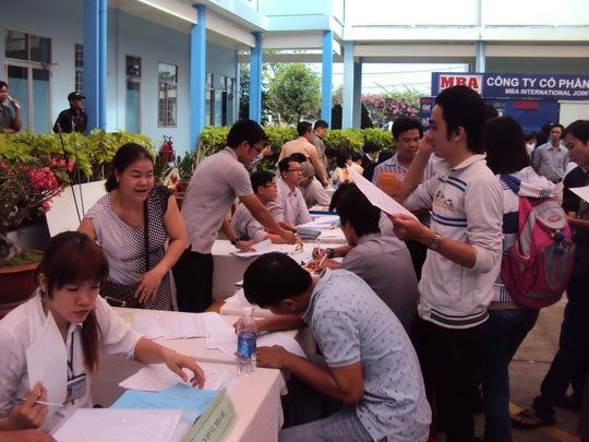 Lao động trẻ tìm kiếm cơ hội việc làm tại ngày hội Hướng nghiệp - Việc làm huyện Nhà Bè, TP HCM
