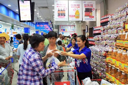 Khách hàng mua sắm tại siêu thị Co.op mart