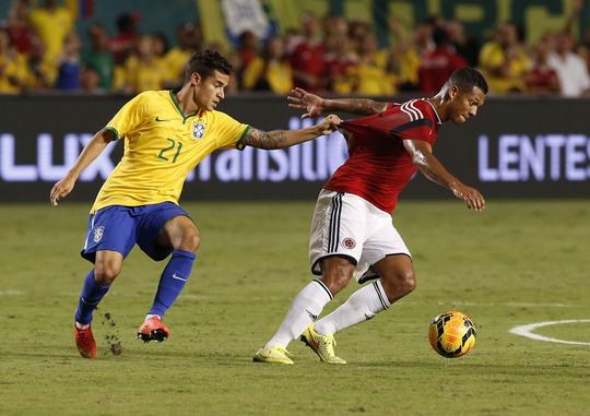 Phillppe Coutinho (21) tranh bóng với Fredy Guarin của Colombia
