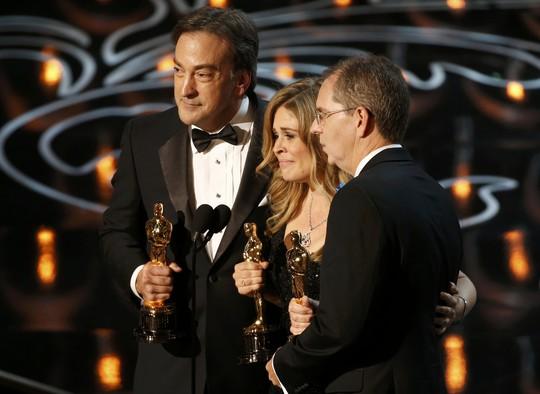 Từ trái sang phải: Peter Del Vecho, Jennifer Lee and Chris Buck nhận giải Phim hoạt hình xuất sắc nhất
