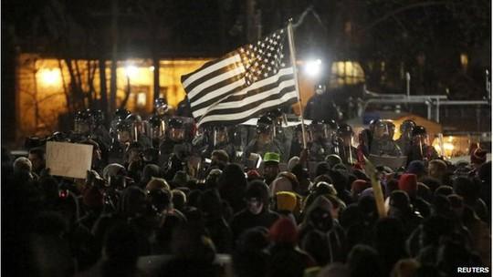 Người biểu tình tụ tập bên ngoài văn phòng cảnh sát Ferguson... Ảnh: Reuters