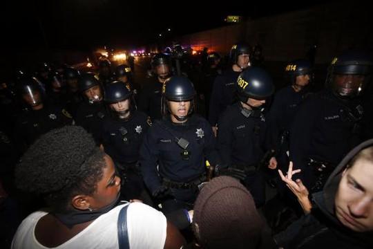 Cảnh sát đẩy lùi một nhóm quá khích... Ảnh: Reuters